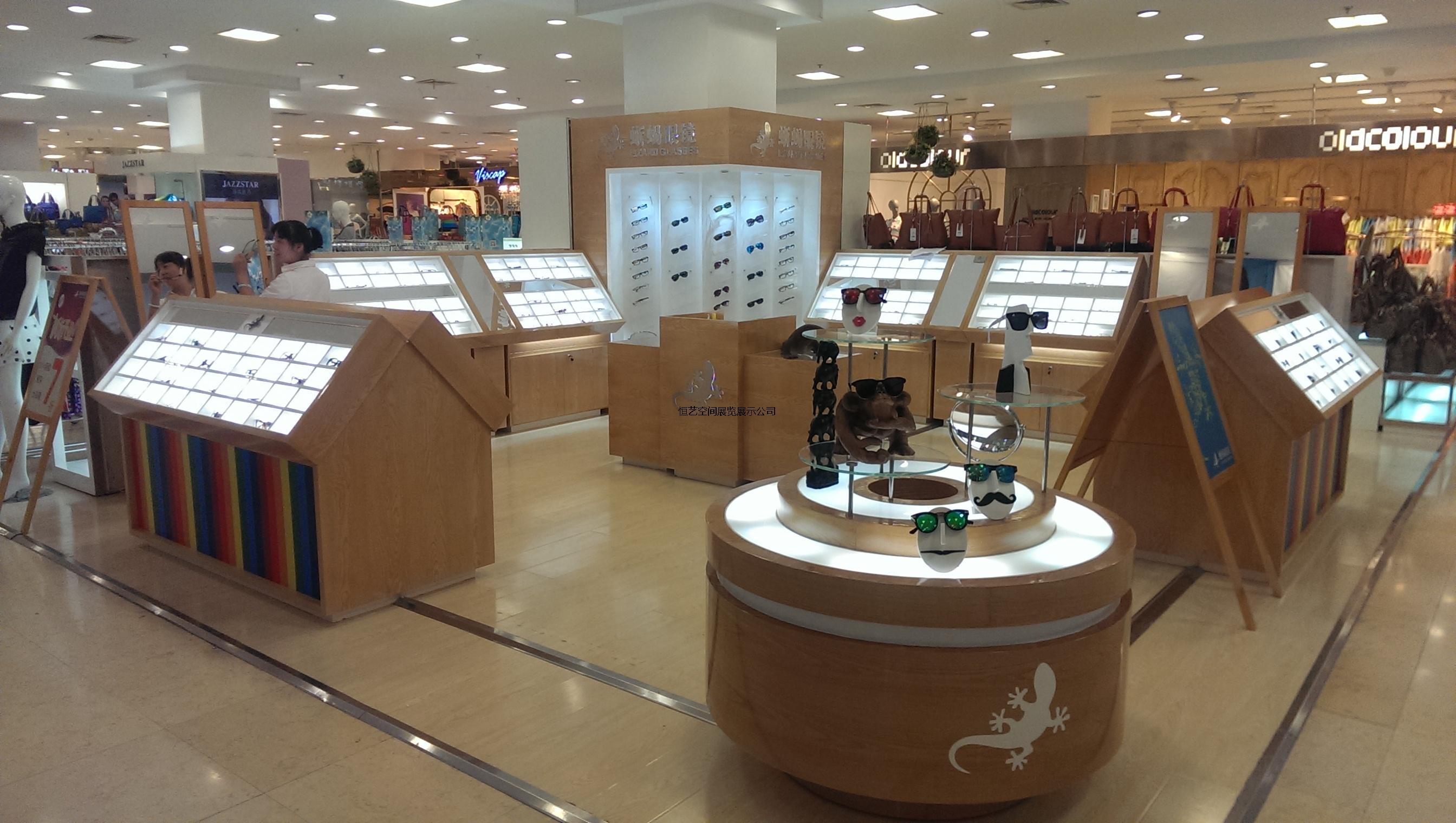 商场蜥蜴眼镜店展柜装修